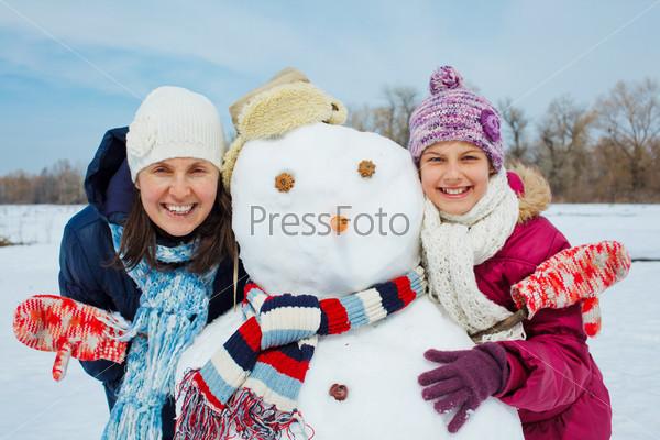 Семья со снеговиком