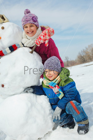 Фотография на тему Дети лепят снеговика