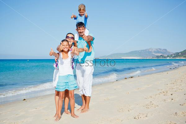 Семья развлекается на пляже