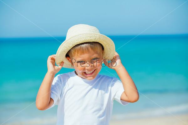 Мальчик в шляпе на пляже