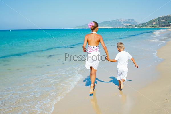 Фотография на тему Милые мальчик и девочка на пляже