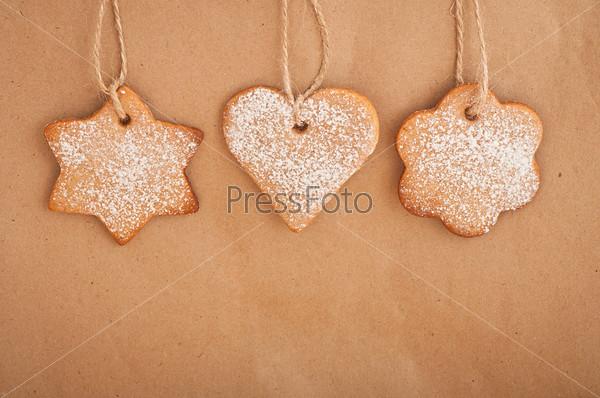 Имбирное печенье висит на веревке. Рождественские украшения