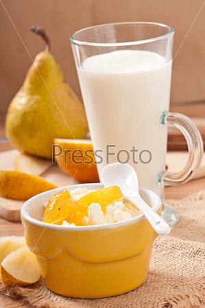 Творог с грушевым вареньем в миске и стакан молока
