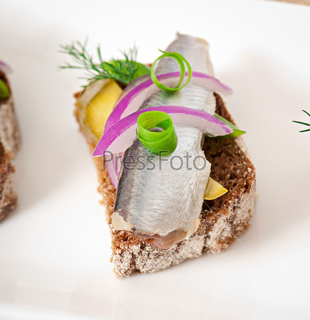 Фотография на тему Бутерброды из ржаного хлеба с селедкой, луком и зеленью