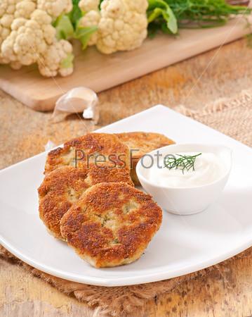 Котлеты из цветной капусты с соусом из укропа, чеснока и сыра