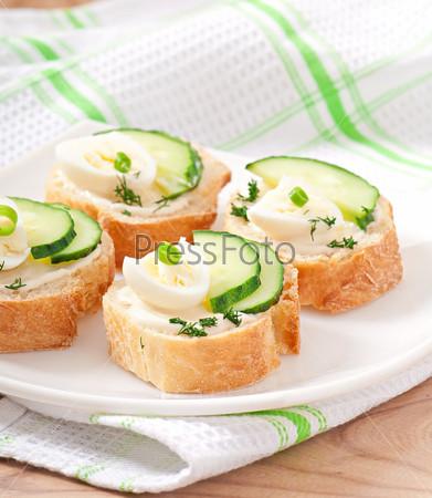 Фотография на тему Бутерброды с отварным яйцом и огурцом
