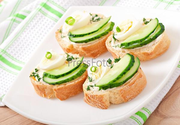 Бутерброды с отварным яйцом и огурцом