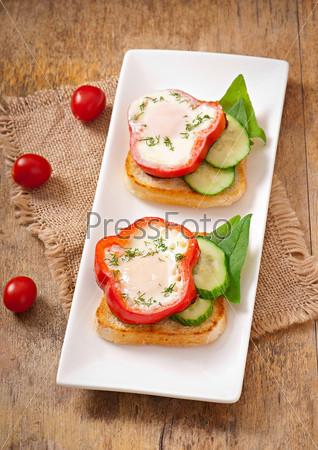 Сладкий перец на тосте с зеленью