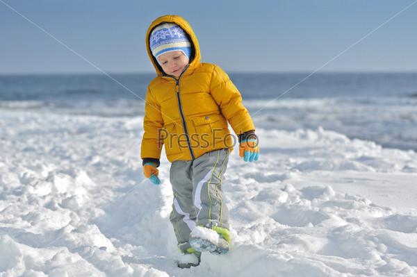 Фотография на тему Ребенок на снегу