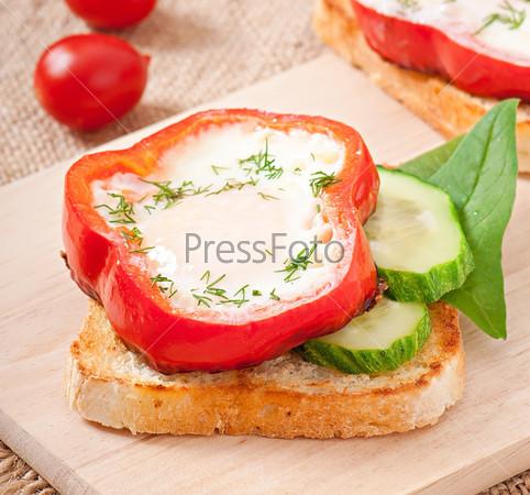 Омлет в сладком перце на тосте с зеленью