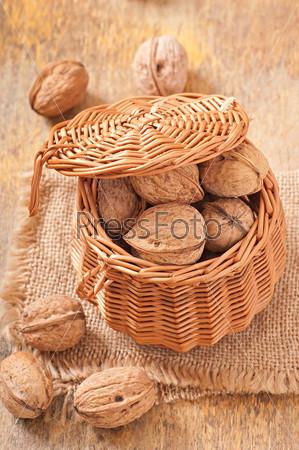 Корзина грецких орехов