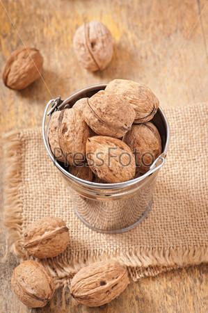 Фотография на тему Ведро с грецкими орехами