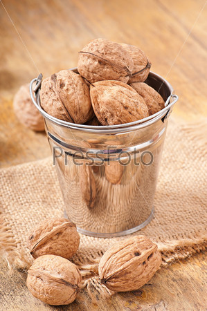 Ведро с грецкими орехами