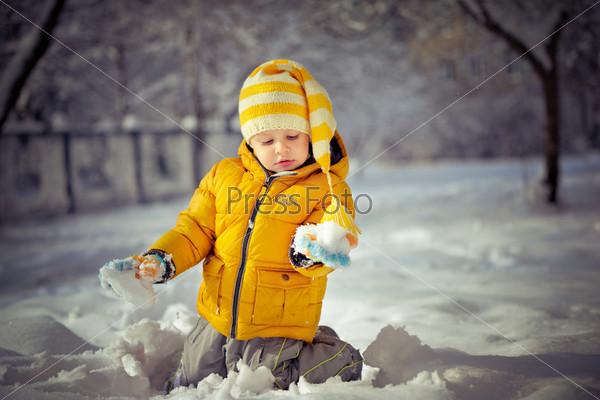 Ребенок на снегу