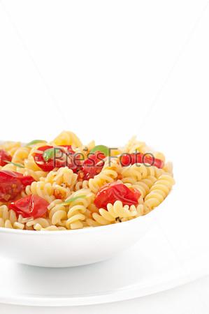 Макароны с помидорами, базиликом и тертым сыром