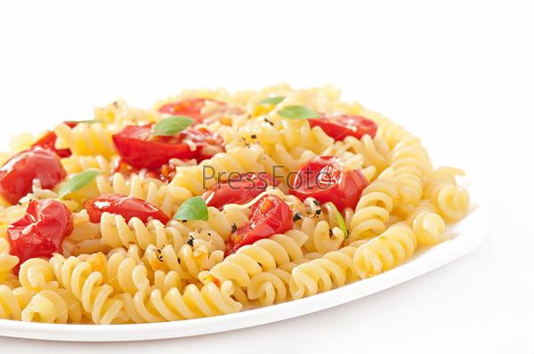 Фотография на тему Макароны с помидорами, базиликом и тертым сыром