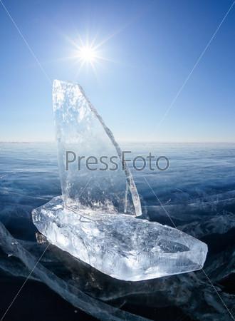 Яхта изо льда на зимнем Байкале