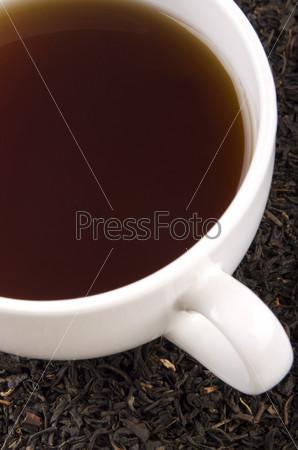 Свежий черный чай в чашке