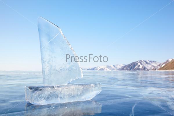 Фотография на тему Кораблик из льда на зимнем Байкале