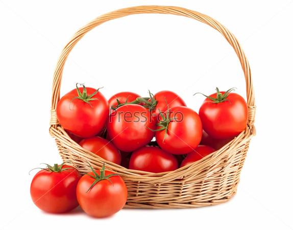 Свежие красные помидоры в плетеной корзине