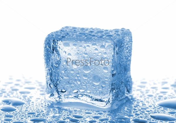 Фотография на тему Ледяной кубик с каплями воды