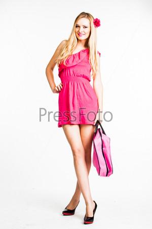 Молодая и красивая девушка в красном платье