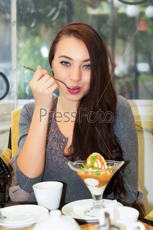 Фотография на тему Красивая молодая брюнетка