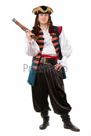 Молодой человек в костюме пирата