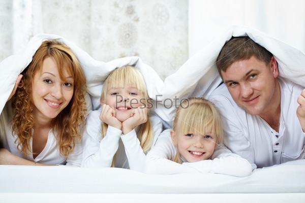 Фотография на тему Семья под одеялом