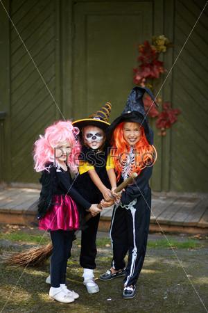 Дети отмечают Хэллоуин