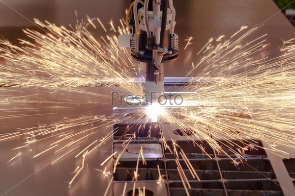 Фотография на тему Процесс плазменной резки металла с искрами