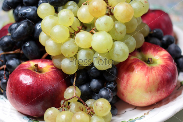 Фотография на тему Спелый виноград и сочные яблоки как иллюстрация сбора урожая