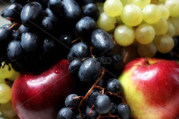 Спелый виноград и сочные яблоки как иллюстрация сбора урожая