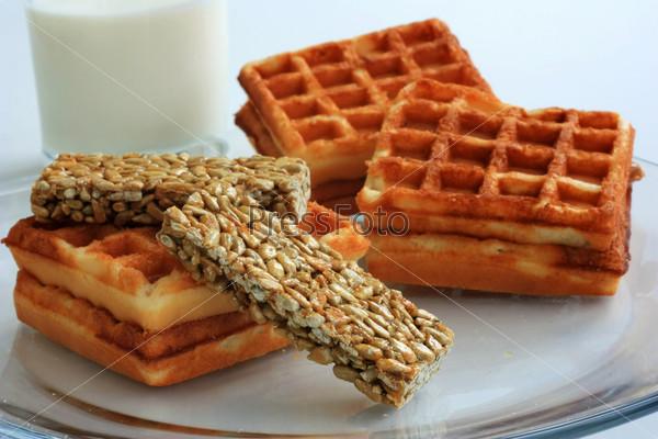 Фотография на тему Молоко, вафли и козинаки на завтрак