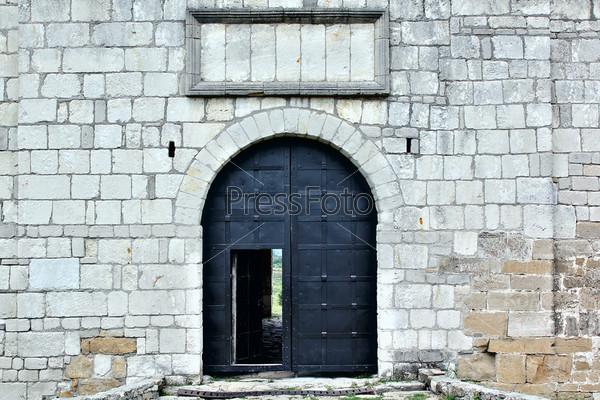 Большие железные ворота в замке