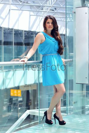 Фотография на тему Портрет красивой девушки в торговом центре