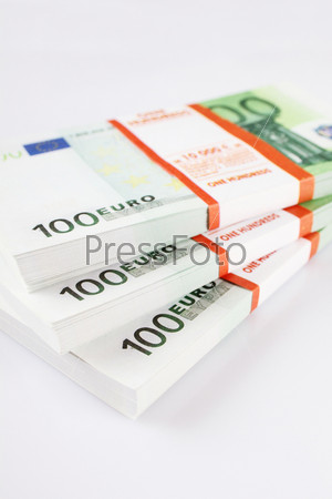 Пачки купюр достоинством 100 евро