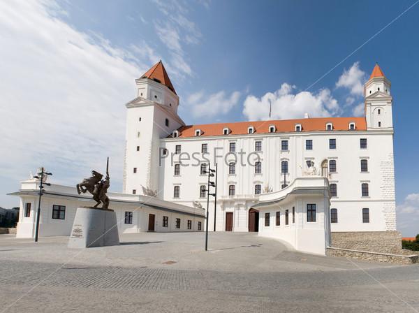 Братиславский замок со статуей короля Святополка