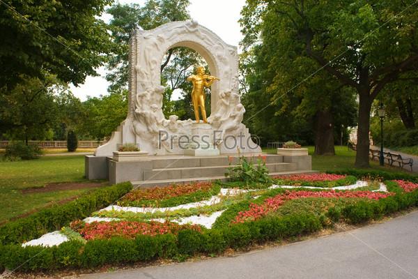 Фотография на тему Золотая статуя Иоганна Штрауса
