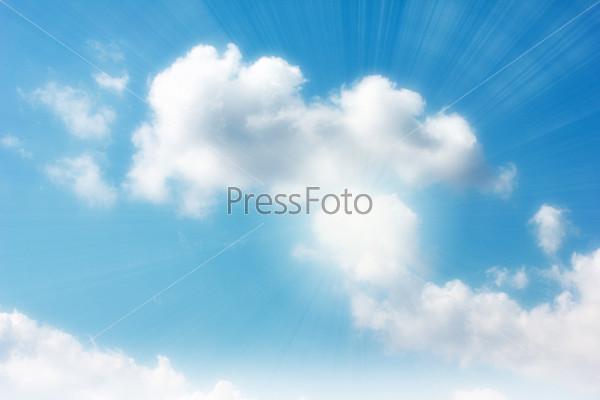 Красивое солнечное небо и облака