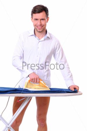 Мужчина гладит белье
