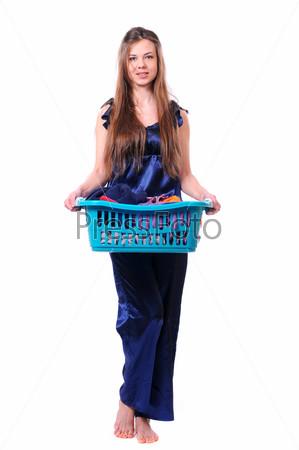 Девушка с корзиной белья