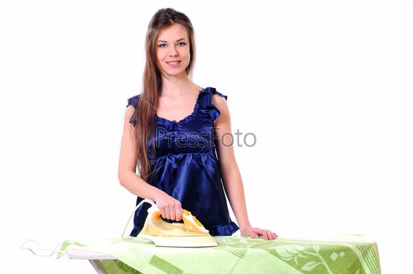 Фотография на тему Девушка гладит белье