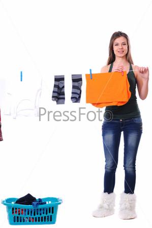 Фотография на тему Женщина развешивает белье на веревку