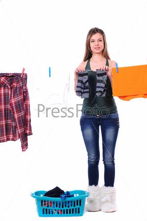 Женщина развешивает белье на веревку