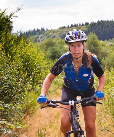 Фотография на тему Женщина на горном велосипеде