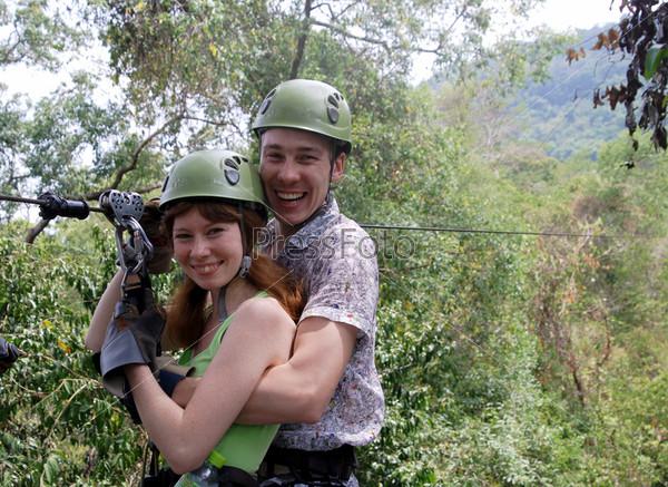 Счастливая пара после поездки на кабельном траке