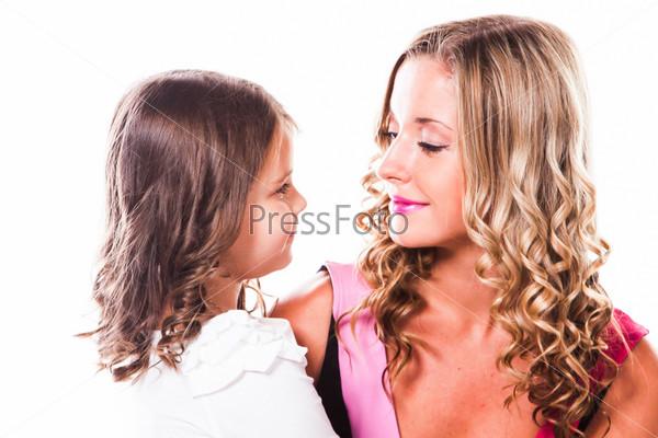 Молодая и красивая мать с очаровательной дочерью