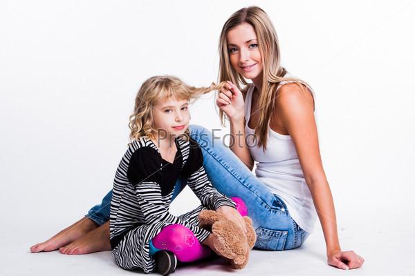 Фотография на тему Молодая и красивая мать с очаровательной дочерью
