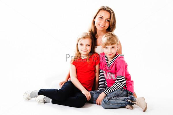 Молодая и красивая мама с очаровательными дочками